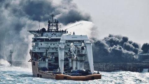 En brandbåt jobbar med att släcka elden på oljetankern Sanchi. Bild Ministry of Transport/AP