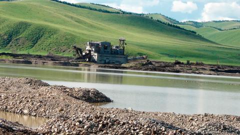"""I sådana här """"muddringsfabriker"""" utvinns guld ur floderna i östra Sibirien.  Bild: Leonid Zamana"""