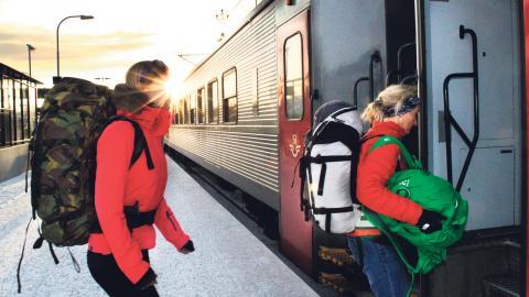 Resenärer kliver på SJ:ss nattåg vid Abisko Östra.  Bild: Capri Norrman