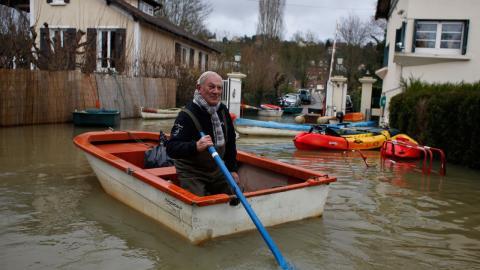 En man i Vaux, väster om Paris, fick ta båten. Foto: Thibault Camus / AP /TT