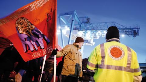 Hamnkonflikten i Göteborg har pågått i snart två år och nu strider Transport och Hamnarbetarförbundet om vem som ska få teckna kollektivavtal i de svenska hamnarna. Bild: Adam Ihse/TT