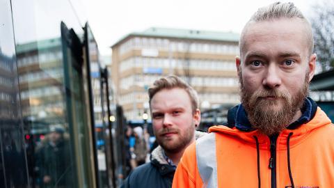 Daniel Holst är skyddsombud och jobbar på banteknik på Göteborgs spårvägar, bakom honom står kollegan Victor Mårtensson, som jobbar som elektriker vid depån i Majorna. Foto: Martin Spaak