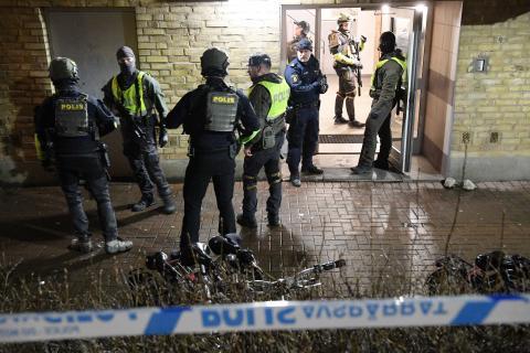 Polisen bevakar en fastighet på Docentgatan i Malmö efter en misstänkt skottlossning. Johan Nilsson/TT