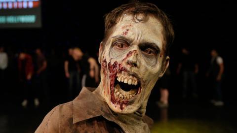 """En av skådespelarna i """"The Walking Dead"""" utanför Universal Studios Hollywood i Los Angeles.  AP Photo/Jae C. Hong/AP/TT"""
