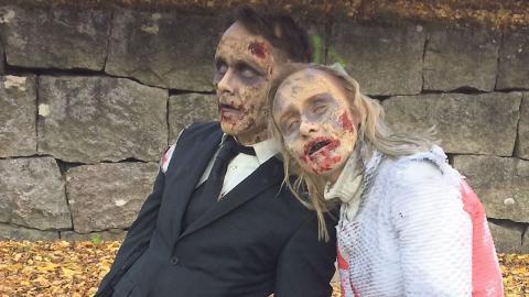 """När loppet """"Zombierun"""" arrangerades i Örebro var det självklart att Linda Flores Ohlson ställde upp som en av zombierna med uppgift att skrämma löparna. Här är hon tillsammans med sin bror Emil Ohlsson.  Bild Privat"""
