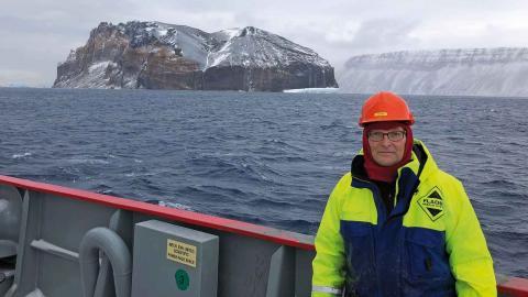 Thomas Dahlgren, docent vid institutionen för              marina vetenskaper vid Göteborgs universitet, ombord på forskningsfartyget i Antarktis. Foto:  Adrian Glover/Natural History Museum, London