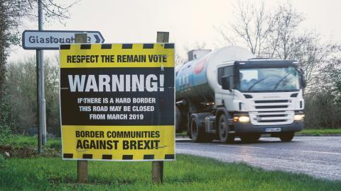 Anti-Brexit-aktivster har satt upp en skylt i utkanten av staden  Middletown, Nordirland som ligger nära gränsen mot Irland. Bild: Mstyslav Chernov/AP