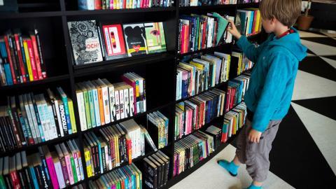 """""""Killar gör i genomsnittligt sämre ifrån sig i skolan jämfört med tjejer. Ett skäl är att killar har genomsnittligt mindre läsvana. Att ha övat på att avkoda längre text är viktigt i alla skolämnen"""", skriver debattören. Bild: Vilhelm Stokstad/TT"""