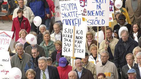 Skattebetalarnas förening och Villaägarnas Riksförbund anordnade en manifestation mot fastighetsskatten 2005.  Foto: Janerik Henriksson / TT