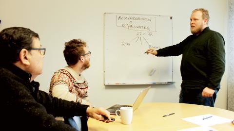 Mattias Risslén tecknar upp fackklubbens organisationsmodell på whiteboarden. Bild: Jörgen Lund