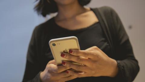 """""""Det står ingenstans i manualen, men en telefon är inte avsedd att vara mer än 18 månader"""", säger Kyle Wiens från företaget Ifixit.  Bild: Hossein Salmanzadeh/TT"""