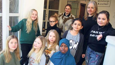 Linn Gall och Mija Renström (längst bak) tillsammans med arrangörsgruppen. På raden under dem, från vänster, står Leah Renström, Molly Dahlberg Talje, Ruaa Harb och Benita Mesic. I mitten syns Nanou Jungstrand och längst fram står Vera Lisell, Ju Foto: Caroline Axelsson
