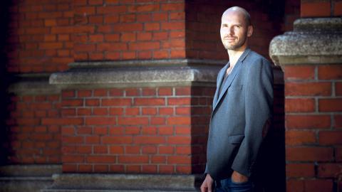 """Alexander Cavalieratos beskriver i romanen """"Släpp ingen jävel över bron"""", om hur Sverige förvandlades den period när andra världskriget stod utanför dörren.   Bild: Fredrik Hjerling"""