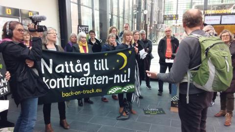 I lördags samlades protesterande från nätverket Back on track på Malmö central för att demonstrera för bättre tågförbindelser ner till kontinenten.  Bild: Ellie Cijvat