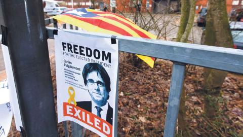 En affisch har satts upp i utanför fängelser i Neumuenster där Kataloniens presidentkandidat Carles Puigdemont hålls av den tyska polisen i väntan på rättegång. Foto: TT