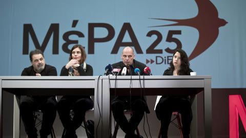Greklands tidigare finansminister Yanis Varoufakis, andra från höger, presenterar partiet MeRA25 med nästa års EU-val som närmaste mål.  Bild: Petros Giannakouris/AP/TT