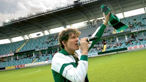 Håkan Hellström värmer upp publiken inför matchen Kalmar FF på Gamla Ullevi 2009. Han är en av de intervjuade i boken. Foto: TT