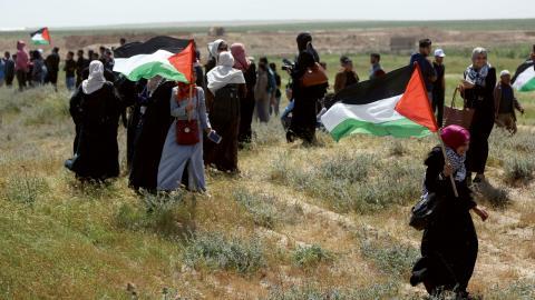 35 människor har dödats och tusentals skadats efter att israelisk militär beskjutit palestinska        demonstranter som samlats vid gränsen mot Israel.   Bild: Khalil Hamra/AP