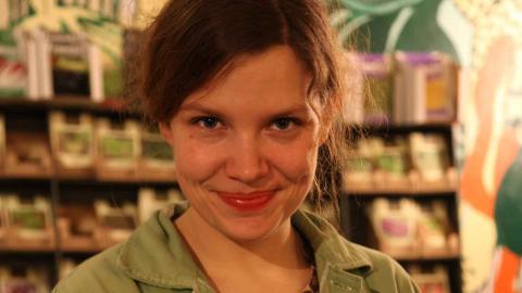 Ida Nilsson är trädgårdsmästare och arbetar på Växtverket. Foto: Sonya Cunningham Oldenvik