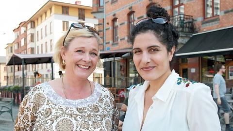 """Sarah Britz och Mina Dennert  hoppas på att boken kan sprida energin från #jagärhär. """"Det är en bok som man ska kunna ta fram när man känner att man behöver kraft"""", säger Mina Dennert. Bild: Caroline Axelsson"""