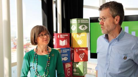 """Miljöpartiets Karin Pleijel och Ulf Kamne höll presskonferens högst upp i """"Läppstiftet"""" under måndagen då de släppte partiets lokala budget. Bild: Ylva Bowes"""