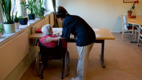 Lokala förhandlingar kan ge 1 200 kronor i högre lön för undersköterskor i Luleå kommun.  Bild: Henrik Montgomery/TT