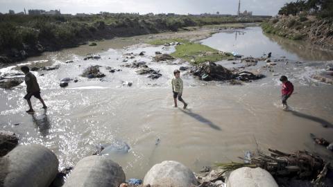 När en sjukhustoalett spolas sipprar vattnet obehandlat ner i grundvattnet. Där förenas det med vatten förorenat av bekämpningsmedel, tungmetaller från industrin och salt från havet. Bild: Khalil Hamra/AP/TT