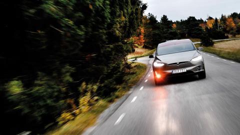 """""""När Tesla tog fram sin bil för de rika så visade man att den var snabbare, smidigare och roligare än den värsta Porschen."""" På bilden testas en Tesla Model X 90D. Bild: Pontus Lundahl/TT"""