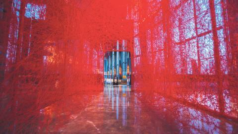 installationskonstnären Chiharu Shiotas garninlindade husskelett i metall.  Bild: Press