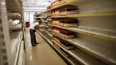 Glest på hyllorna i en mataffär i Caracas, Venezuela. Landet passerade gränsen för hyperinflation för ett halvår sedan.   Bild: Ariana Cubillos/AP/TT