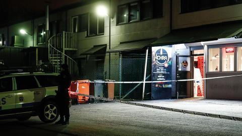 Polis på plats vid en restaurang i ett industriområde i Angered 2017 efter en skjutning. Bild: Thomas Johansson/TT