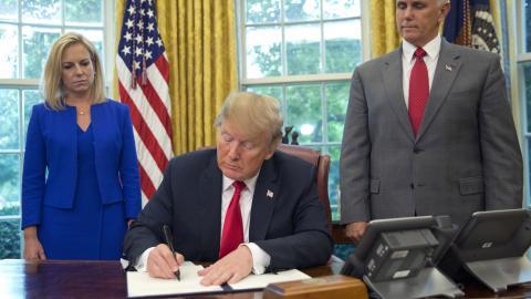 President Trump undertecknar ordern om att hålla familjer samman vid gränsen. Bakom Trump står Kirstjen Nielsen, Homeland Security och vice presidenten Mike Pence.  Bild: Pablo Martinez Monsivais