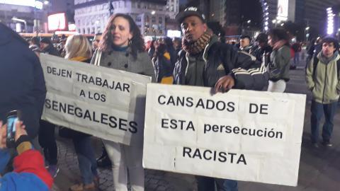 Polisbrutaliteten mot senegalesiska gatuförsäljare kritiseras hårt av många aktivister i landet och i mitten av juni samlades demonstranter i centrala Buenos Aires för att protestera.   Daniel Gutman/IPS