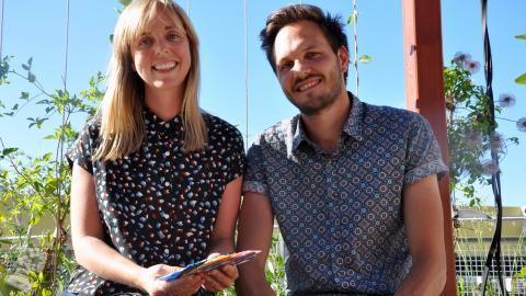 Det gifta paret Emily-Claire och Emil Goksøyr står bakom byggmaterialet som är gjort av plast från havet. Nu väntar eventuella samarbeten med kommuner som drabbas hårt av nedskräpade stränder.  Bild: Sandy Kalleny