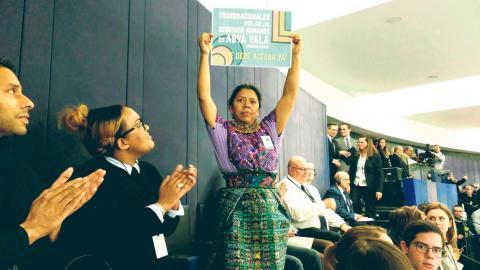 Lolita Chavez i Europaparlamentet december 2017. Chavez är från Guatemala men lever i exil då hon hotats till livet efter sin kamp mot gruvindustrin. Bild: Paula López Reig/CC BY-SA 4.0