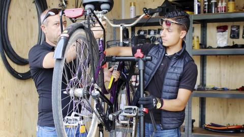 Maher Abouhamra, 16, som arbetar som cykelvärd tillsammans med sin pappa Burhan Abouhamra Bild: Elina Bratt Lejring