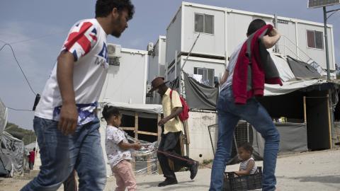 Knappt 15 procent av barnen i flyktinglägren på de grekiska öarna har tillgång till skola. Bilden är från Moria på Lesbos den 4 maj i år.  Bild: Petros Giannakouris/ap/tt