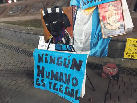 """""""Ingen människa är illegal"""", står det på en av de banderoller som deltagarna vid en demonstration mot polisvåldet hade med sig i Buenos Aires.  Daniel Gutman ISP"""