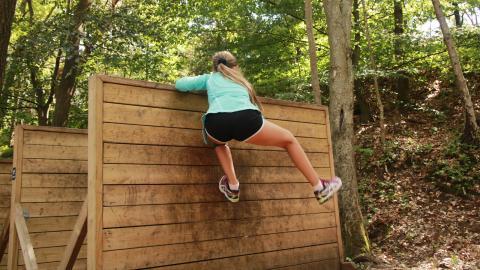 11-åriga Jennifer klarar flera hinder efter några försök.  Bild: Sanna Arbman Hansing