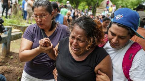 Begravning i Masaya, Nicaragua, för en av alla som fått sätta livet till i protesterna.  AP Photo/Cristobal Venegas