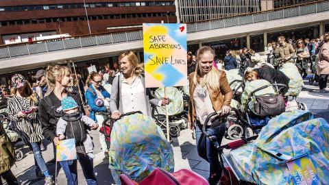 Varje dag dör kvinnor världen över i brist på preventivmedel, säker abort och mödrahälsovård. Att inskränka den svenska aborträtten kommer inte minska antalet aborter, bara göra dem osäkrare, menar debattören.  Bild: Tomas Oneborg/TT