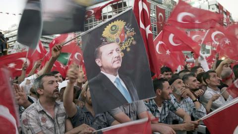 Recep Tayyip Erdogan (på flaggan), Turkiet. Bild: Burhan Ozbilici/AP/TT