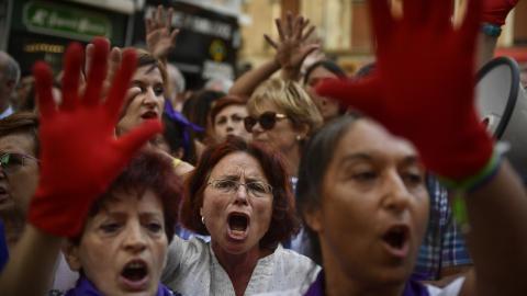 Efter utslaget på en dom angående en gruppvåldtäkt har människor över hela Spanien gått ut och demonstrerat med kravet på en ny lagstiftning när det gäller sexualbrott.  Bild: Alvaro Barrientos/AP