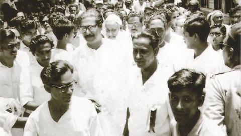 Sheikh Mujibur Rahman (i mitten till vänster med glasögon) demonstrerar tillsammans med medlemmar av Awami-förbundet innan valet 1970. Bild: Shakil Iftekhar