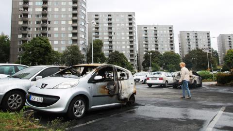 En rad bilar brann på Frölunda torgs parkering eller på parkeringar vid bostadshus nära köpcentret. Polisen misstänker att bränderna samordnats via sociala medier. Bild: Sanna Arbman Hansing