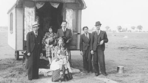 Romafamiljen Doisari fotograferade av tyska rasbiologer på 1940-talet. Uppskattningarna av hur många romer som dödades av nazisterna varierar mellan 100000 och 1,5 miljoner, skriver Maria Nilsson. Bild: Bundesarchiv/CC BY-SA 3.0 de