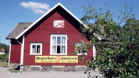 Vänsterpartiet köpte Bruksgården i Degerfors 1990, ett hus som bland annat varit personalrum åt tjänstemän på järnverket. I partiets valanalys från 2010 beskrivs Bruksgården som ett hus som alla har en relation till. Bild: Kjell Vowles