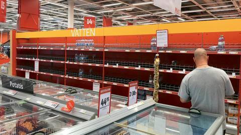 Många butiker har sålt slut på flaskvattnet under den extremvarma sommaren. Bild: Privat