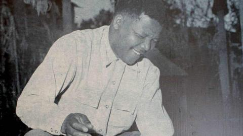 Nelson Mandela bränner sitt pass i protest, 1960. Under apartheid var alla svarta sydafrikaner tvungna att bära ett särskilt pass.