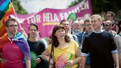 Politiska partier och deras företrädare har blivit en vanlig syn i prideparader. Här syns Gustav Fridolin (MP) och före detta språkröret Åsa Romson (MP) när de deltog i Regnbågsparaden i Göteborg 2014. Bild: Björn Larsson Rosvall/TT